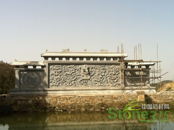 传说,石雕照壁是为了给庭院增加气氛,祈祷吉祥的,就大门外说,是增加了