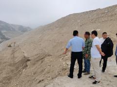 吴山镇财政所督导石材矿山生态修复工作